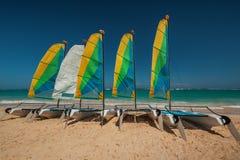 Segelbåt på en solklar dag bredvid det karibiska havet take Arkivfoto