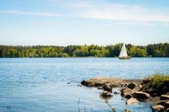 Segelbåt på en stillhet och en härlig sjö arkivfoto