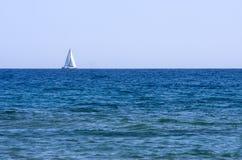 Segelbåt på havet Arkivbild