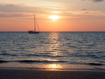 Segelbåt på havet på Phuket, Thailand Royaltyfria Foton