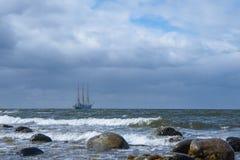 Segelbåt på horisonten Arkivfoto