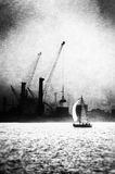 Segelbåt på industriområde av hamnen med kranar Royaltyfri Bild