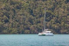 Segelbåt på kusten av berg och havet av Paraty - RJ Arkivbilder