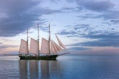 Segelbåt på Lake Michigan i Milwaukee, Wisconsin royaltyfri fotografi