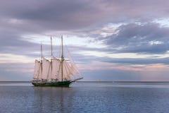 Segelbåt på Lake Michigan i Milwaukee, Wisconsin arkivfoton