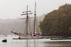 Segelbåt på molnig dag arkivbilder