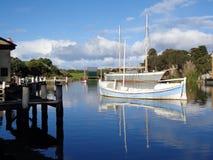 Segelbåt på near skeppsdocka för sjö Fotografering för Bildbyråer