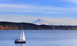 Segelbåt på Puget Sound med Mt rainier arkivbild