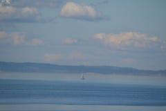 Segelbåt på Puget Sound, Seattle, Washington Royaltyfri Foto
