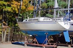 Segelbåt på rostig vagga Fotografering för Bildbyråer