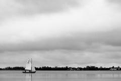 Segelbåt på sjön Arkivfoton