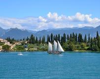 segelbåt på sjön Como Royaltyfri Bild