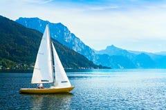 Segelbåt på sjön Traunsee, Österrike Arkivbilder