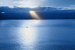 Segelbåt på skymning Arkivfoton