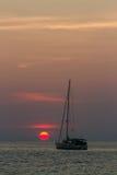 Segelbåt på solnedgång Royaltyfria Foton