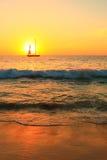 Segelbåt på solnedgången Arkivbild