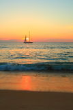 Segelbåt på solnedgången Royaltyfria Bilder