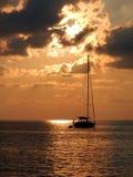 Segelbåt på solnedgången Arkivfoto