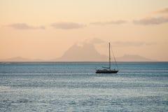 Segelbåt på Stilla havet Royaltyfri Fotografi