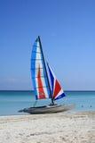 Segelbåt på stranden arkivbilder