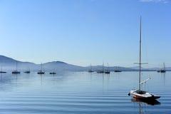 Segelbåt på vatten i morgonen Arkivfoto