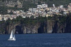 Segelbåt som att närma sig Sorrento, Italien Royaltyfri Bild