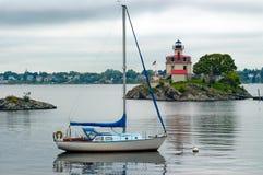 Segelbåt som förtöjas nära fyren i försyn Rhode Island Royaltyfria Bilder