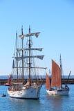 Segelbåt som går tillbaka till den Brest hamnen Arkivbild