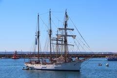 Segelbåt som går tillbaka till den Brest hamnen Royaltyfri Bild