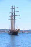 Segelbåt som går tillbaka till den Brest hamnen Fotografering för Bildbyråer