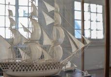 Segelbåt som göras av elfenben för seglingship för liggande 3d solnedgång arkivbilder