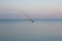 Segelbåt som klibbas tidigt på morgonen på lågvatten i Colombia Royaltyfria Bilder