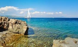 Segelbåt som kryssar omkring i havet, sommartid, loppfoto Arkivfoto