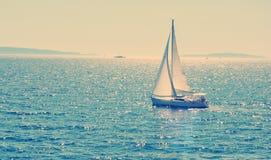 Segelbåt som kryssar omkring i havet, sommartid, loppfoto Arkivbild