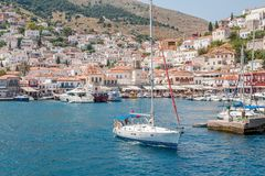 Segelbåt som lämnar den grekiska öhydraen Arkivfoton