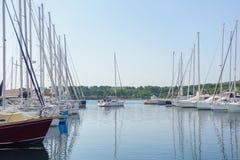 Segelbåt som lämnar hamnen, yachter och fartyg som parkeras i hamnen, soluppgång, morgon Royaltyfria Bilder