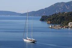 Segelbåt som seglar den Korfu ön Royaltyfria Foton