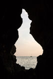 Segelbåt som ses från en mörk grotta Royaltyfria Foton