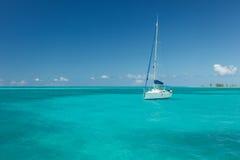 Segelbåt som svävar på ursnyggt tropiskt vatten i det karibiska havet royaltyfri fotografi
