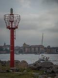Segelbåt som tillbaka går till hamnen Fotografering för Bildbyråer