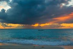 Segelbåt till solnedgången i Providenciales på turker och Caicos Royaltyfria Bilder