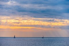 Segelbåt två på solnedgången Royaltyfri Fotografi