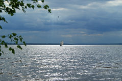 Segelbåt under en stormig himmel Arkivfoton