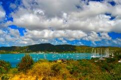 Segelbåtankring hamn på för ett turkoshav, Falmouth, södra kust av Antigua, västra Indies arkivfoto
