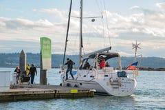 Segelbåtanslutning på marina royaltyfria foton