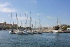 Segelbåtar ankrar på den gamla hamnen i La Valletta Royaltyfri Foto