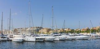 Segelbåtar ankrar på den gamla hamnen i La Valletta Royaltyfria Foton