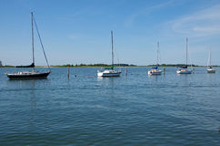 Segelbåtar anslöt tyst av pirmarina Arkivbild