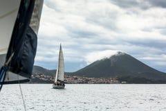 Segelbåtar deltar i den 12th Ellada för seglingregatta hösten 2014 bland den grekiska ögruppen i det Aegean havet Royaltyfria Foton