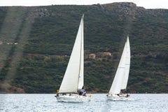 Segelbåtar deltar i den 12th Ellada för seglingregatta hösten 2014 bland den grekiska ögruppen i det Aegean havet Arkivbilder